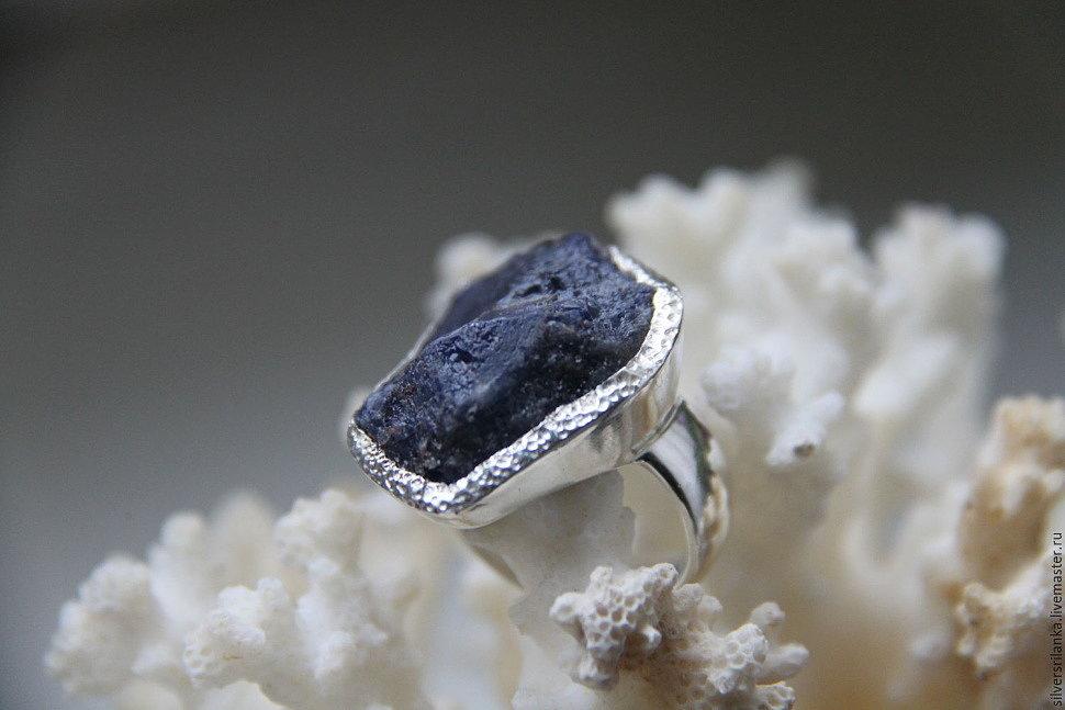 Серебряные кольца с необработанными камнями